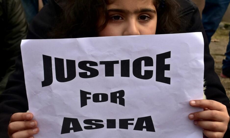 DEMONSTRASJON. En ung jente holder opp en lapp under en demonstrasjon etter voldtekten på åtte år gamle Asifa Bano. Gruppevoldtekten utløste store demonstrasjoner i India. Foto: Saqib Majeed / SOPA Images / REX/ Shutterstock / NTB scanpix