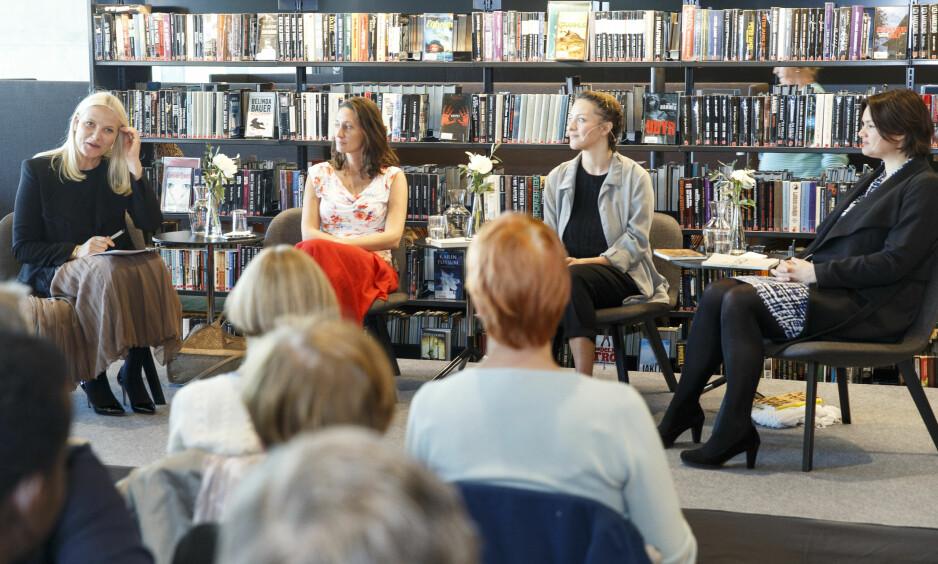 Bokbad: Maria Navarro Skaranger (i grå skjorte) har skrevet boka «Alle utlendinger har lukka gardiner». Foto: NTB scanpix