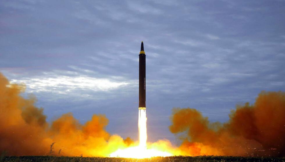 STANSER PRØVEOPPSKYTNINGER: Kim Jong-un annonserte i helga at han beordrer stans i prøveoppskytningene av langdistanseraketter som Hwasong 12 (bildet). Foto: KCNA / AP / NTB Scanpix