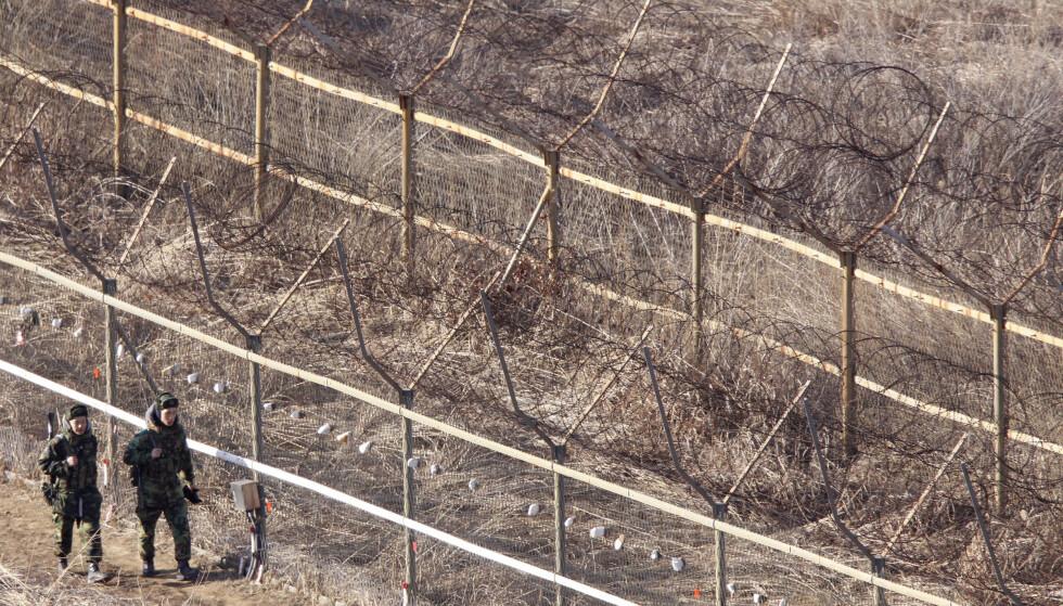 GRENSEN: Den strengt bevoktede demilitariserte sonen er i praksis grensen mellom Nord- og Sør-Korea, og markerer hvor frontlinjen gikk da avtalen om våpenhvile i Koreakrigen ble inngått i 1953. Foto: Lee Jae-Won / Reuters / NTB Scanpix