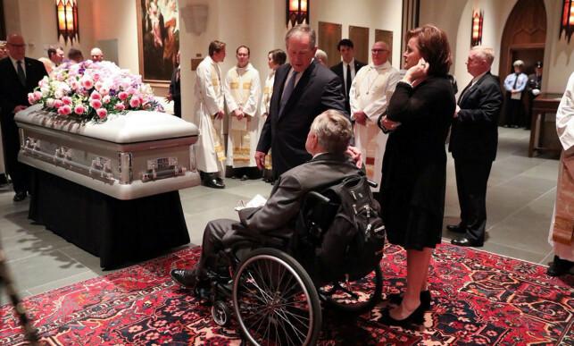 Begravelse: Her er far og sønn Bush avbildet i Barbaras begravelse. Foto: NTB Scanpix