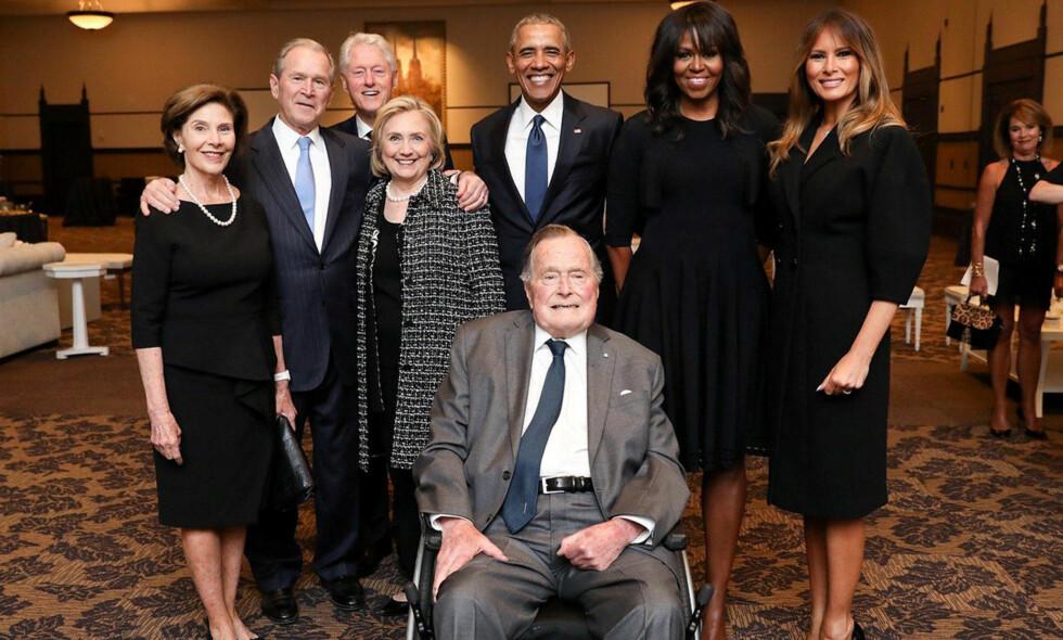 Fint selskap: I Barbara Bushs begravelse lørdag kom både Bill og Hillary Clinton, Barack og Michelle Obama og Melania Trump. Foran er George H.W. Bush, mens sønnen George W. Bush og kona Laura står til venstre for ham. Foto: NTB Scanpix