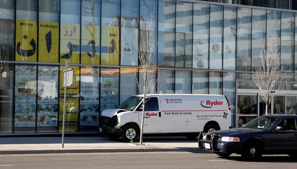 VAREBILEN: I denne varebilen kjørte en person inn i en folkemengde i Toronto i Canada. 10 ble drept og 15 skadd. Foto: NTB Scanpix
