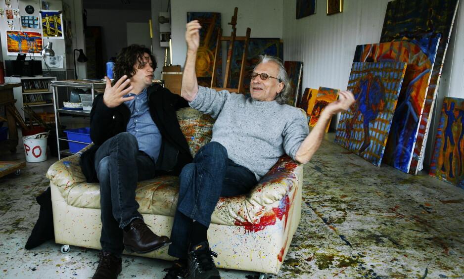 STJÅLET: Et bilde av kunstneren Frans Widerberg (t.h), som døde i fjor, er blant kunstverkene som er stjålet fra Oslo kommune. Men det var ikke meldt stjålet til politiet. Til venstre sitter kunstneren og sønnen Nico Widerberg. FOTO: Steinar Buholm / Dagbladet
