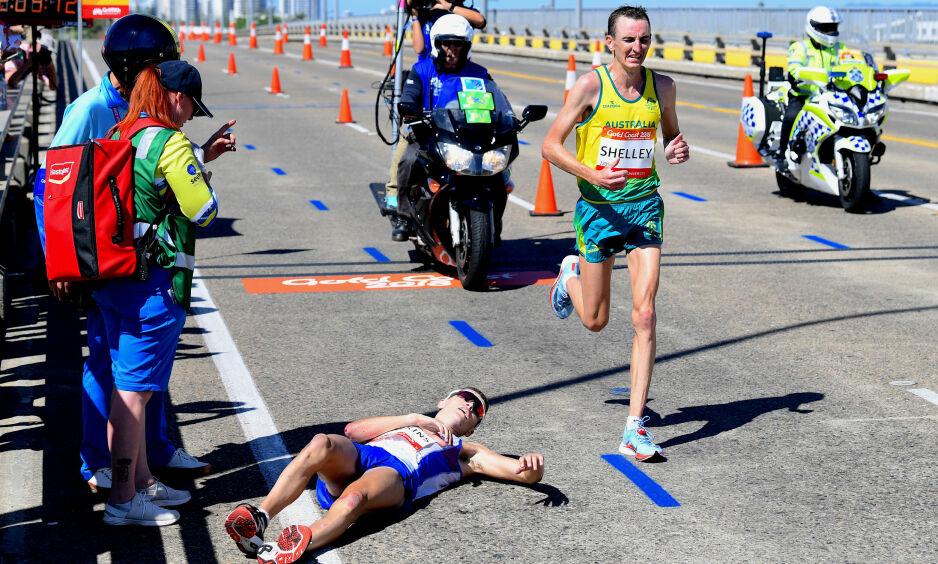 LØPER FORBI: Callum Hawkins ser opp på Michael Shelley som løper forbi og inn til gull på maraton i Commonwealth Games. AAP/Tracey Nearmy/Reuters/NTB Scanpix