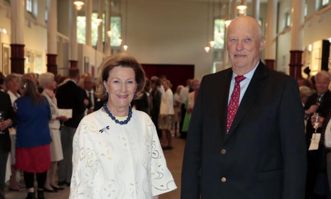 ÅPNET KUNSTSTALLEN: Kong Harald og dronning Sonja i stallen på Slottet i forbindelse med at dronning Sonja blir 80 år. Foto: Lise Åserud / NTB scanpix