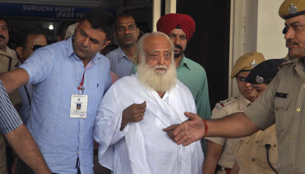 DØMT TIL LIVSTID: Den indiske guruen Asumal Sirumalani, bedre kjent som Asaram Bapu, er funnet skyldig i voldtekt av en 16 år gammel jente og må tilbringe resten av livet i fengsel. Foto: AP / NTB scanpix