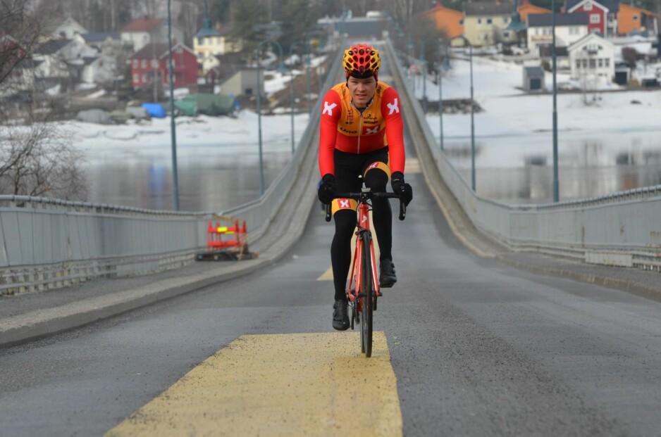 VÅRSLIPP PÅ VEIEN: – Ikke kjør på for hardt, eller for langt, i starten, er landeveissyklist Tobias Svendsen Foss sitt beste råd når du nå begynner å sykle på landeveien. Foto: Kristin Roset
