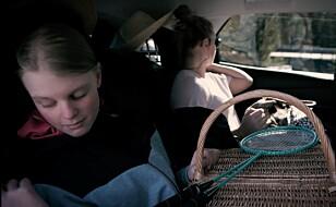 PAKK SMART: For Oda (13) og Nora (17) blir bilturen mer behagelig uten unødvendig bagasje på fanget.