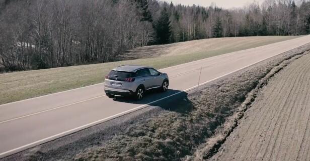 TA EN OMVEI: Med Peugeot 3008 SUVs kjøreegenskaper, blir selv de minste sideveiene omgjort til flotte ferieminner for hele familien.