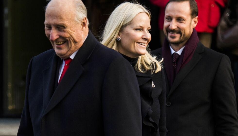 VIKARIERER: Onsdag ble det kjent at kong Harald har sett seg nødt til å sykemelde seg som følge av smerter i foten. Kronprins Haakon skal ta over hans plikter, men lørdag kveld får han hjelp av sin kone. Da stepper nemlig hun inn som vikar. Foto: NTB scanpix