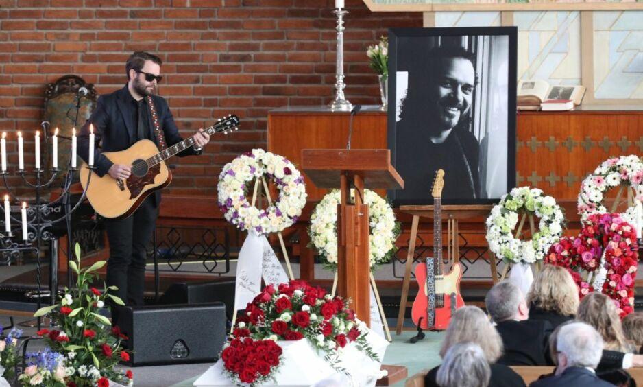HYLLET: Frodes sønn, Daniel Viken, spilte gitar til sin avdøde far i kirka. Foto: Andreas Fadum / Se og Hør