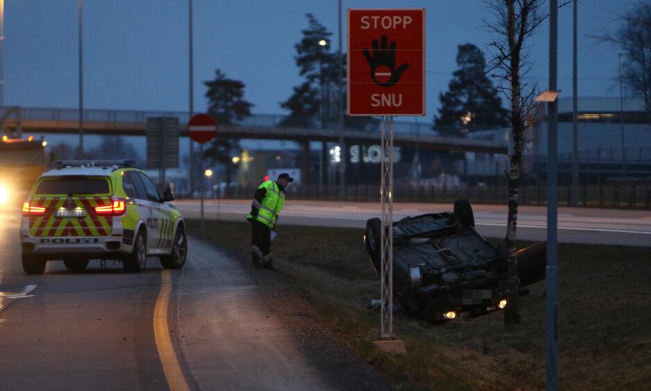 PÅ TAKET: Denne bilen havnet på taket ved Kløfta i natt etter å ha stukket fra en politikontroll. En liknende hendelse skjedde også ved Røros. Der omkom føreren. Foto: Ole Edvin Tangen