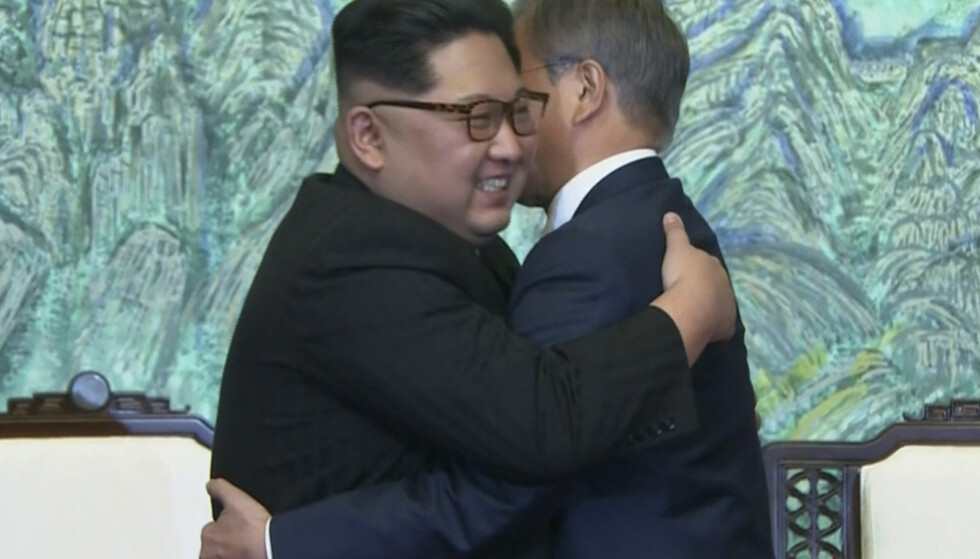 BARE SMIL? Kim Jong Un og Sør-Koreas president Moon Jae-in i historiske bilder. Foto: AP / NTB Scanpix