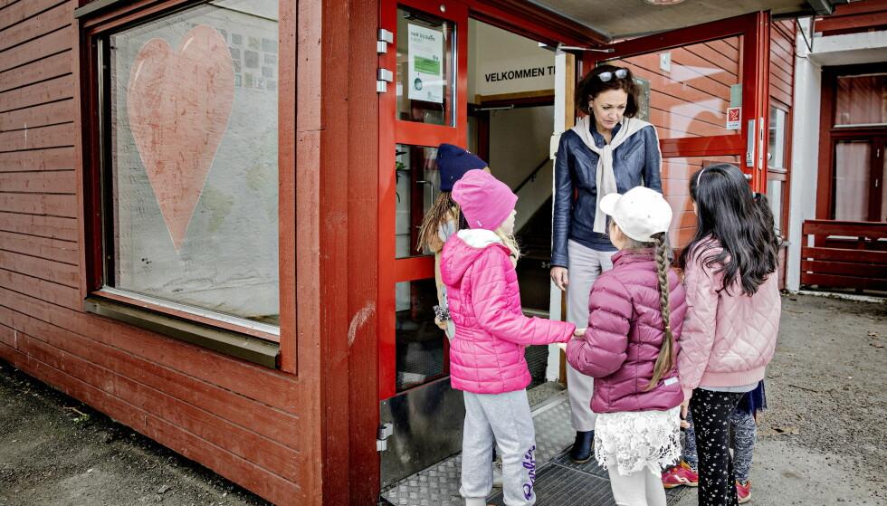 VIL TRYGGE NÆRMILJØET: I morgen tidlig starter foreldre på Vestli i Oslo en aksjon for å trygge nærmiljøet. Rektor på Vestli barneskole, Ellen Sundby, og hennes kolleger er også med, og printer nå ut løpesedler som skal deles ut fra i morgen tidlig. Foto: Nina Hansen / DAGBLADET