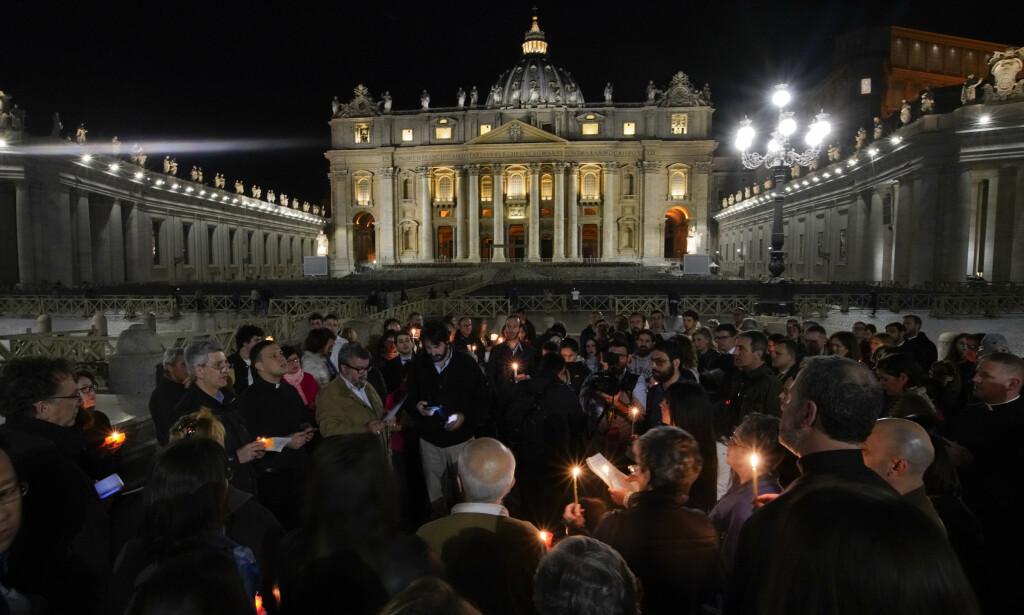 DEMOSTRASJON: Italia var villig til å gi Alfie statsborgerskap for å la ham få ny behandling. Her demonstrerer en stor mengde mennesker på St. Peters plass i Vatikanstaten. Foto: Andrew Medichini / AP / NTB Scanpix