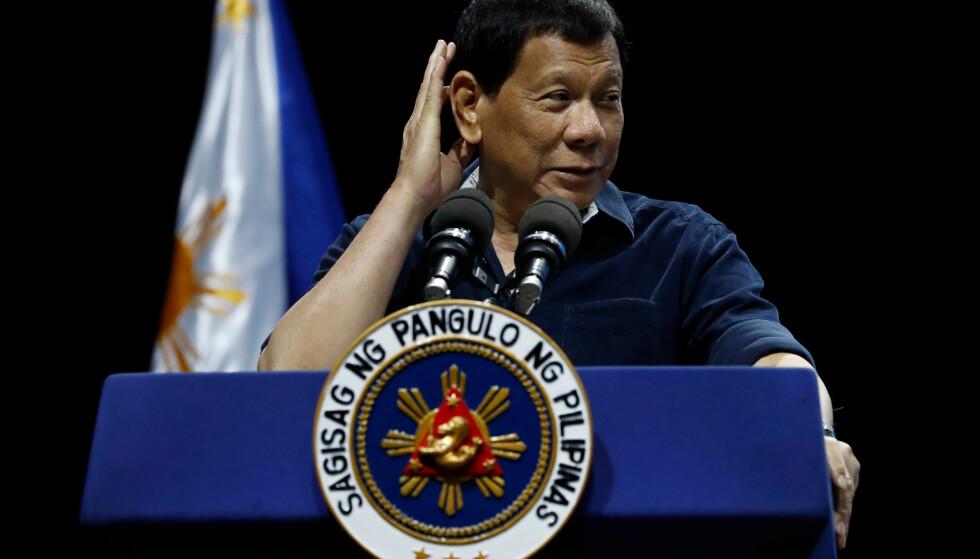 ROSER KIM: Filippinenes president Rodrigo Duterte, her under besøket i Singapore tidligere lørdag. Foto: AP / NTB scanpix.