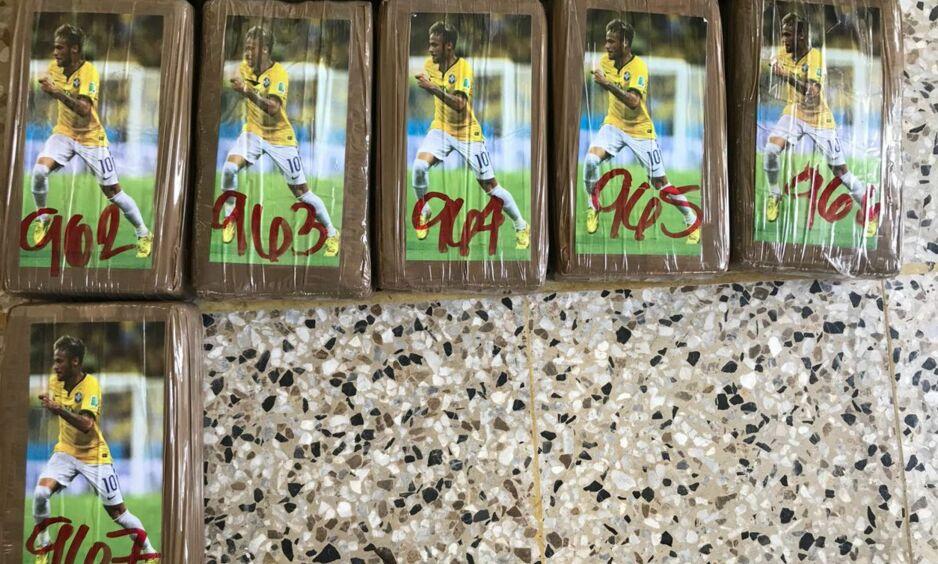 Myndighetene i Guatemala har konfiskert nesten ett tonn med kokain. På de 967 pakkene var det et bilde av PSG-stjerna Neymar. Foto: MPGuatemala / Twitter