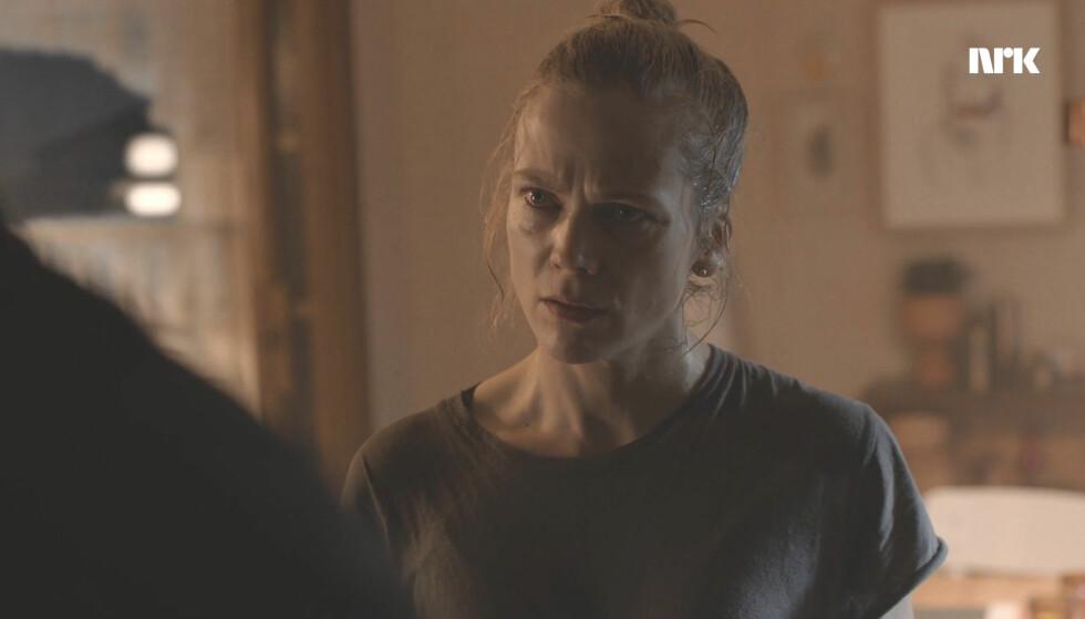UBUDEN GJEST: Helena Mikkelsen får uventet besøk i siste episode av fotballserien. Foto: NRK
