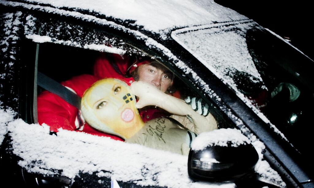 """Beitostølen, 20091122: Petter Northug med  """" oppblåsbara Barbara """" som han fikk av to kvinnelige svenske fans. Dukke, dokke. Foto: THomas Rasmus Skaug / Dagbladet"""