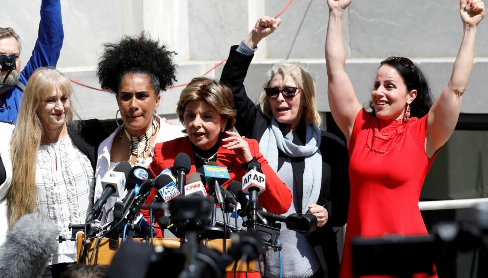 AKTIVISTEN: Advokaten Gloria Allred som vanlig omringet av mikrofoner og kameraer etter at Bill Cosby ble dømt for overgrep fredag. Allred representerte 33 av kvinnene som anklaget Cosby for å ha dopet og forgrepet seg på dem. Foto: Brendan McDermid / Reuters