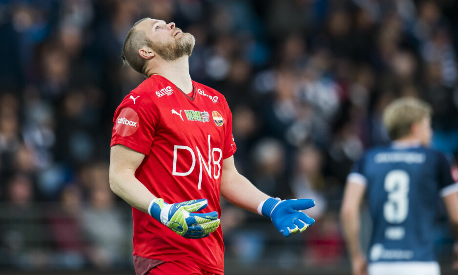 TABBE: Espen Bugge Pettersen fortviler etter å ha slått ballen inn i eget nett. Foto: JON OLAV NESVOLD /  BILDBYRÅN NORWAY