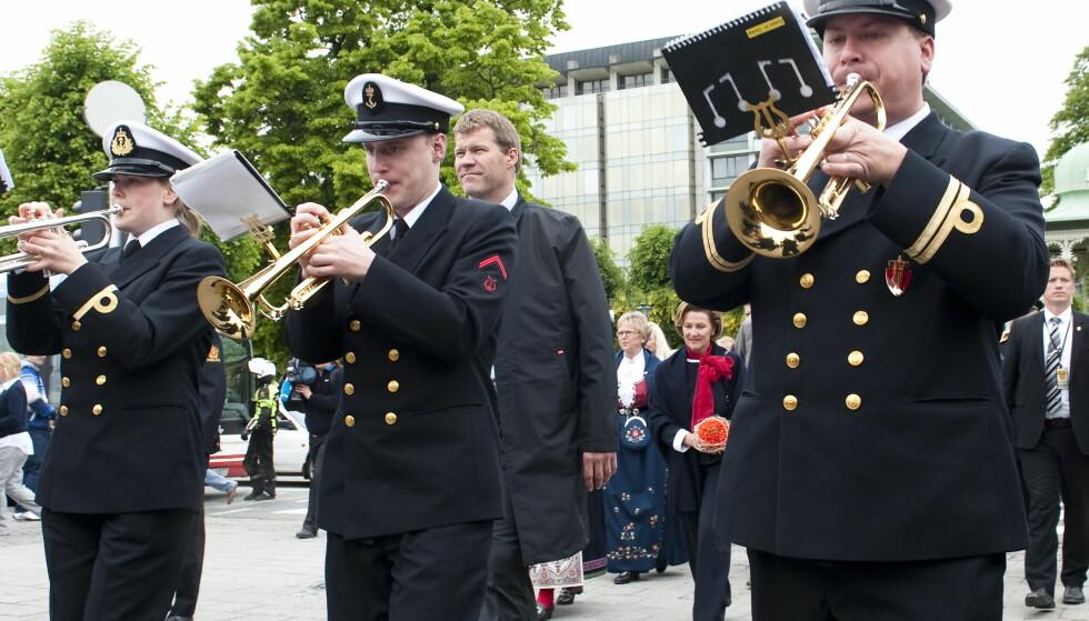 TRUET Forsvarets Musikkorps Vestlandet er et av de profesjonelle forsvarskorpsene. Her spiller mens dronning Sonja (i bakgrunnen) er på vei til den offisielle åpningen av bybanen i Bergen i 2010. Foto: Marit Hommedal / SCANPIX