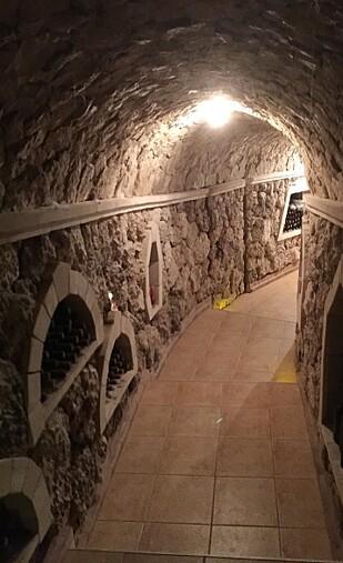 <strong>VINKJELLER:</strong> Det underjordiske vinlageret på vingården Pivnitele Brănești er enormt. Nå bygges det også spa-hotell nede i de underjordiske kalksteinsgangene. Foto: Guri Haram