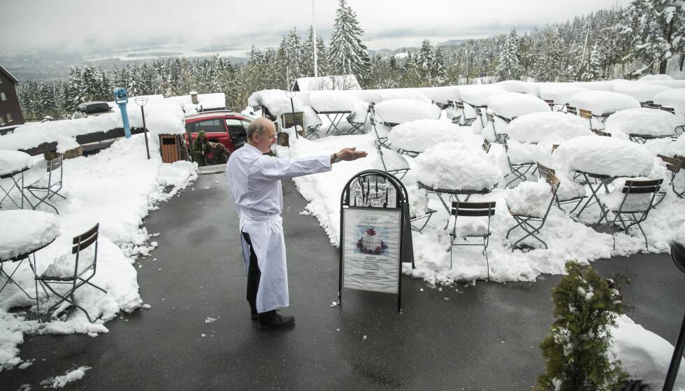 SNØ I OSLO: Høytliggende områder i Oslo, som Frognerseteren, kan vente seg betydelig snøfall 1. mai. Her daglig leder av Frognerseteren restaurant, Walter Kieliger, i fjor. Foto: Berit Roald / NTB Scanpix