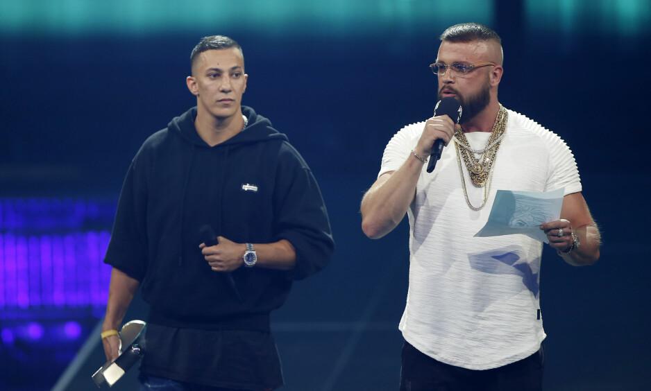 PRIS NEDLAGT: Da rapperne Kollegah (t.h) og Farid Bang fikk pris for et album mange mener inneholder antisemittiske tekster, vakte det store protester i Tyskland. FOTO: NTB Scanpix