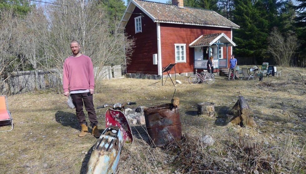 SKAL TA FRI: Martin Kellerman har gitt seg selv to år til å gjøre ting han har lyst til, etter 20 år med tegneserietegning. Han bor i dag på et torp i Särmland i Sverige, sammen med kompisen Agge.