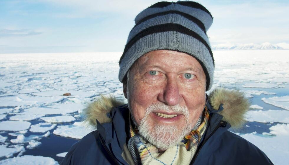 VISER VEI: Olav Orheim, tidligere forsker og direktør ved Norsk Polarinstitutt, hjelper Sloane i jakten på isfjell som kan «overleve» den strabasiøse ferden. Her avbildet på Svalbard med en hvalross liggende på isen i bakgrunnen. Foto: Jan-Morten Bjørnbakk / NTB Scanpix