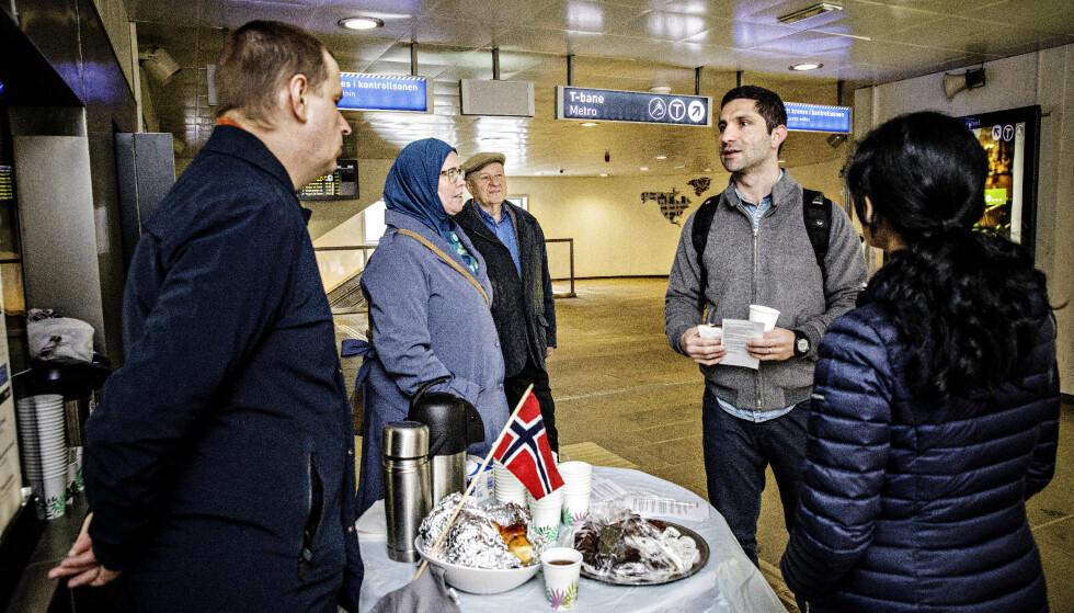 MÅ HJELPE DE UNGE: Vestli-beboeren Baran Vedan (n2 f.h) synes det er dumt at det er så mye negativt fokus mot ungdom med innvandringsbakgrunn. - Men det er viktig at problemene som skjer nå blir løst. Vi må hjelpe ungdommen, og mye er allerede i gang: Det nye biblioteket på Stovner, lekeplasser og sånn, sier han til FAU-foreldrene og tidligere justisminister Odd Einar Dørum (midten). Alle foto: Nina Hansen / Dagbladet