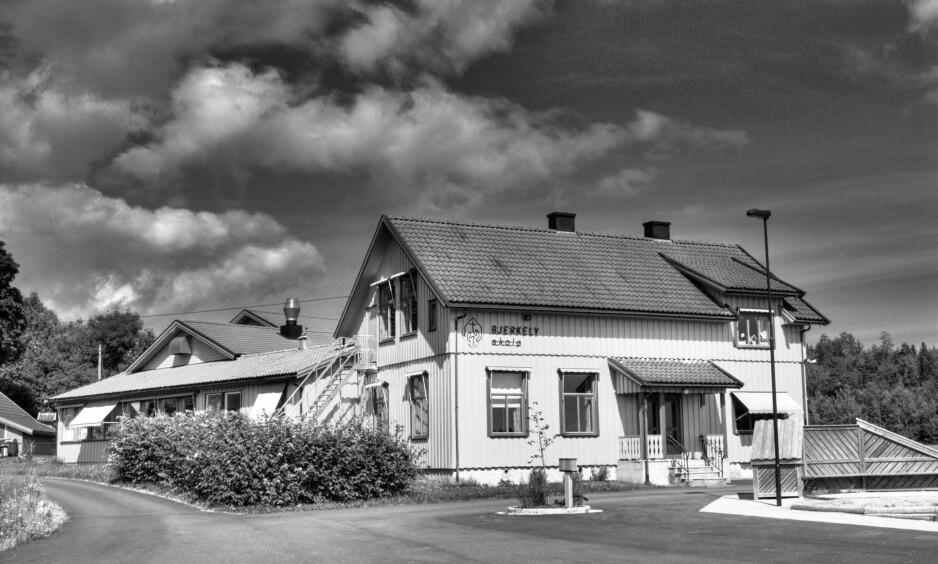 ALLE ELEVENE FÅR BREV: Alle elevene som gikk på gamle Bjerkely skole i Vestfold (bildet) mellom 1955 og 1990, får DELKs beklagelsesbrev i posten. Det gjør også elevene ved de andre skolene frikirken drev i tidsrommet. Foto: Per Fiskerstrand / Wikimedia Commons