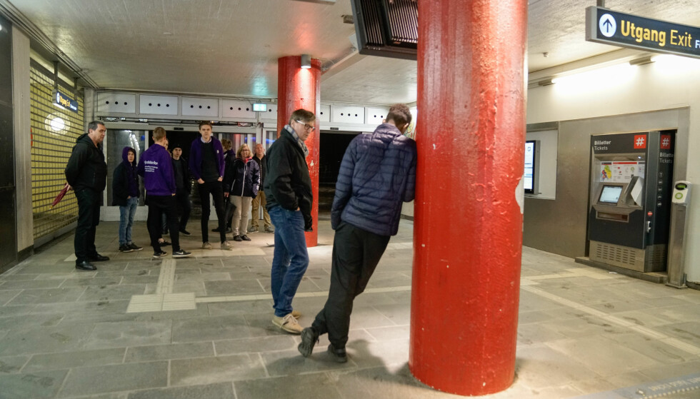 SIGHTSEEING: 12 av Frps politikere dro ut for å se hvordan det er å være ung på Oslos østkant. Her fra t-banen på Stovner. Foto: Øistein Norum Monsen / Dagbladet