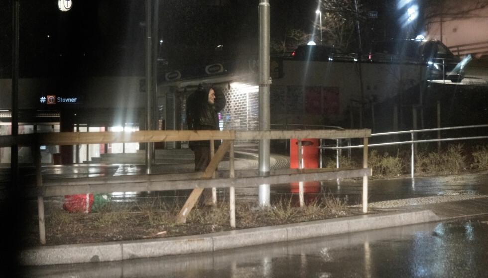 UVÆR: Da bussen med Frp-gjengen passerte rundkjøringa ved Stovner t-banestasjon, ble en mann i 60-åra observert mens han forsøkte å ta på seg hetta. Foto: Øistein Norum Monsen / Dagbladet