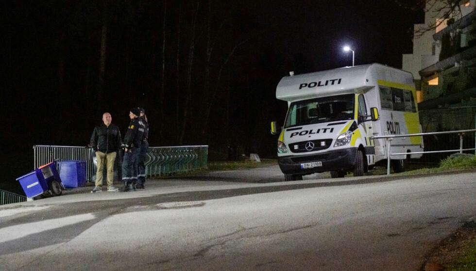 PATRULJE: På Vestli-torget ventet to uniformerte politifolk som gruppesekretær for Frps bystyregruppe, Lars Petter Solås, tok seg en prat med. Ifølge politifolka er det vanligvis ikke så mye som skjer på Vestli. Foto: Øistein Norum Monsen / Dagbladet