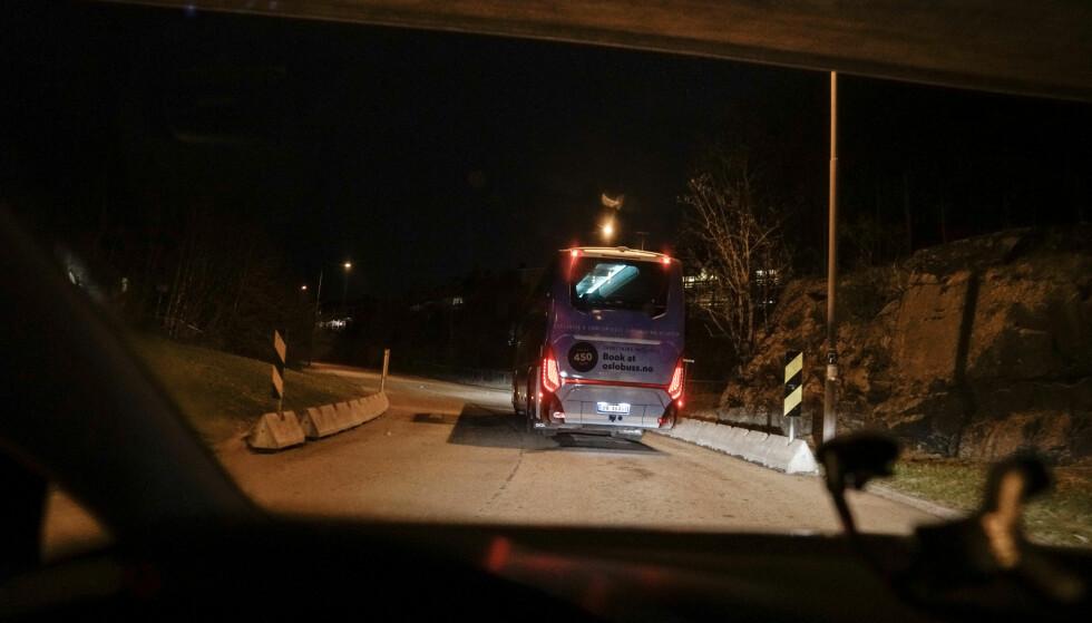 PÅ TUR: Turbussen, som på dagen hadde fraktet cruiseturister rundt på Oslos vestkant, ble mandag kveld politikernes transport på østkanten. Foto: Øistein Norum Monsen / Dagbladet