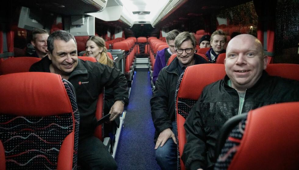 TURBUSS: Trygt tilbake i turbussens varme favn, mimret Frp-gjengen om østkant-ekskursjonen som de akkurat hadde vært med på. Foto: Øistein Norum Monsen / Dagbladet