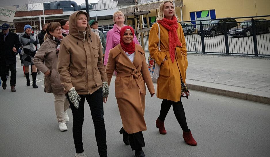 BOIKOTT: Oda Amalie Kise Hjertstrøm (SU), Fatima Almanea (AUF) og Jenny Westrum-Rein (AUF) dro til Levanger for å feire 1. mai. Årsaken var at Trond Giske skulle holde tale i Verdal. Foto: Ina Kollerud Pedersen