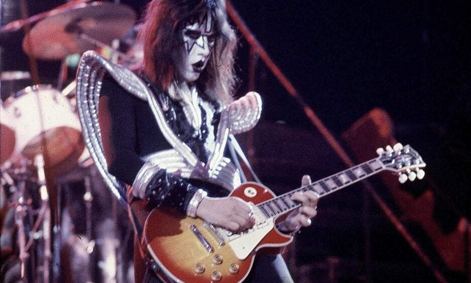 KISS: Ace Frehley, gitarist i KISS, med en Gibson Les Paul-gitar under en konsert på 70-tallet. Foto: AP/NTB Scanpix