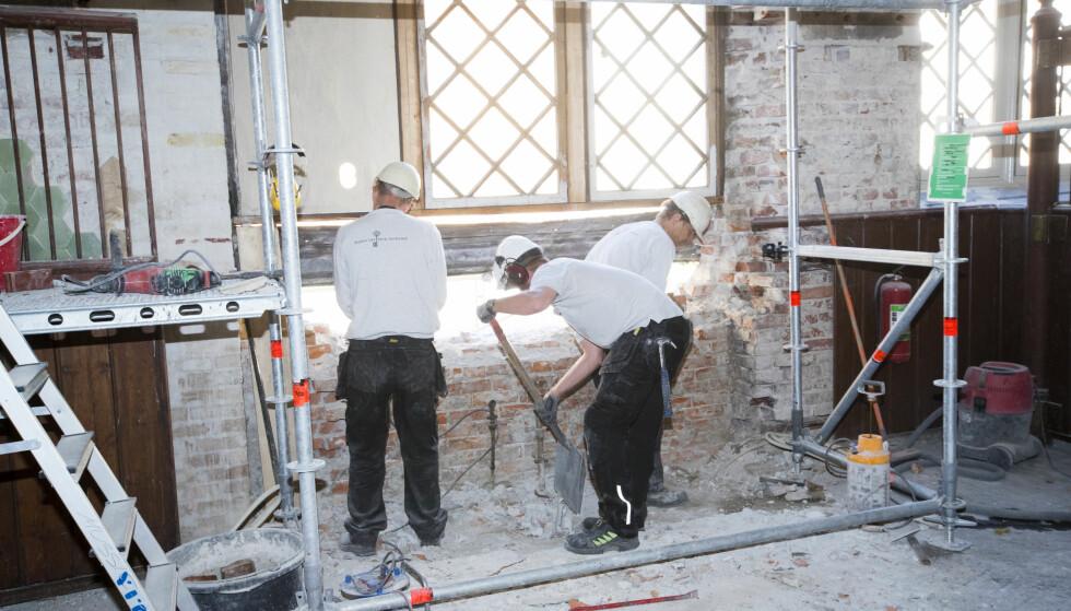OMFATTENDE ARBEIDER: Både hoffet og Statsbygg hentet inn flere selskaper til byggingen av Dronning Sonja Kunststall, i Slottets gamle stallbygning. Foto: Heiko Junge / NTB scanpix