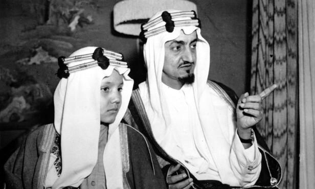 PRINSEN: Prins Mohammed al-Faisal, her avbildet som barn sammen med sin far Prins Faisal i London i 1946, delte en tilsynelatende sprø drøm om å forsyne tørre landområder med vann fra Antarktis. Foto: AP / NTB Scanpix