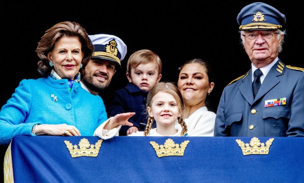 MED KONGEN: Dronning Silvia, prins Carl Philip, en noe molefunken prins Oscar, prinsesse Estelle og kronprinsesse Victoria sammen med «bursdagskungen» Carl Gustaf. Foto: Action Press/ REX/ Shutterstock/ NTB scanpix