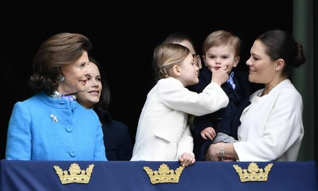 SMIL, DA: Prinsesse Estelle gjorde tilsynelatende sitt beste for å få prins Oscar i festhumør mens de stod på slottsbalkongen i Stockholm mandag. Foto: Karin Törnblom / IBL/ NTB scanpix