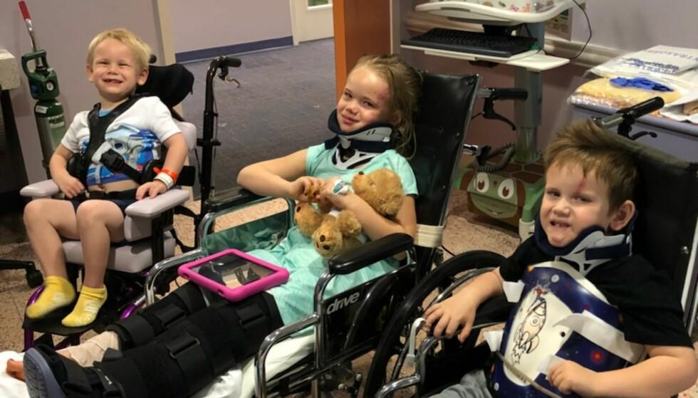 STØTTE: Wyatt (t.v), Angela og Zachery overlevde bilulykken som drepte begge foreldrene og lillesøsteren deres Julieanna. Foto: Teresa Burrell