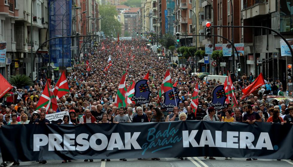 PROTESTERER: Demonstranter i Bilbao i Nord-Spania under en protest 21. april med krav om at ETA-medlemmer flyttes til fengsler nærmere sine hjem. Flere hundre ETA-medlemmer sitter i spanske og franske fengsler, de fleste utenfor den baskiske regionen. Foto: NTB scanpix