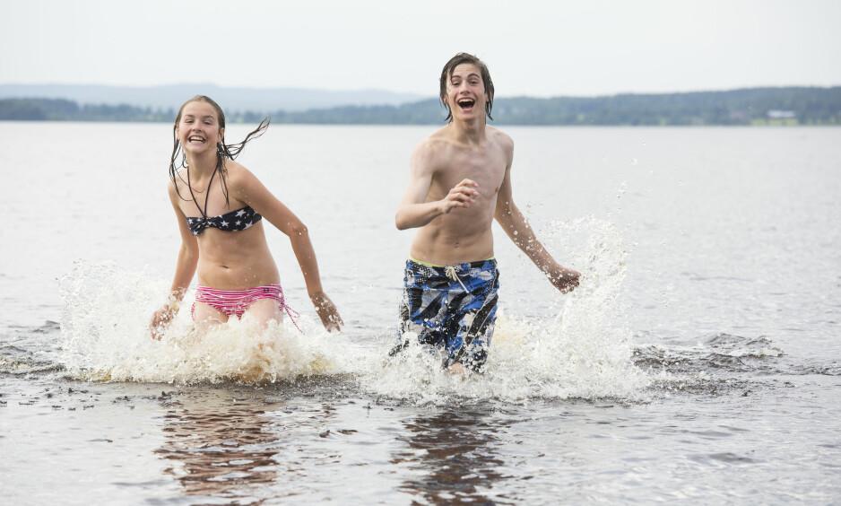 SOMMERVÆR: Kanskje må man kjøle seg ned i vannet til helga? Foto: Jörgen Wiklund / Scandinav / NTB Scanpix