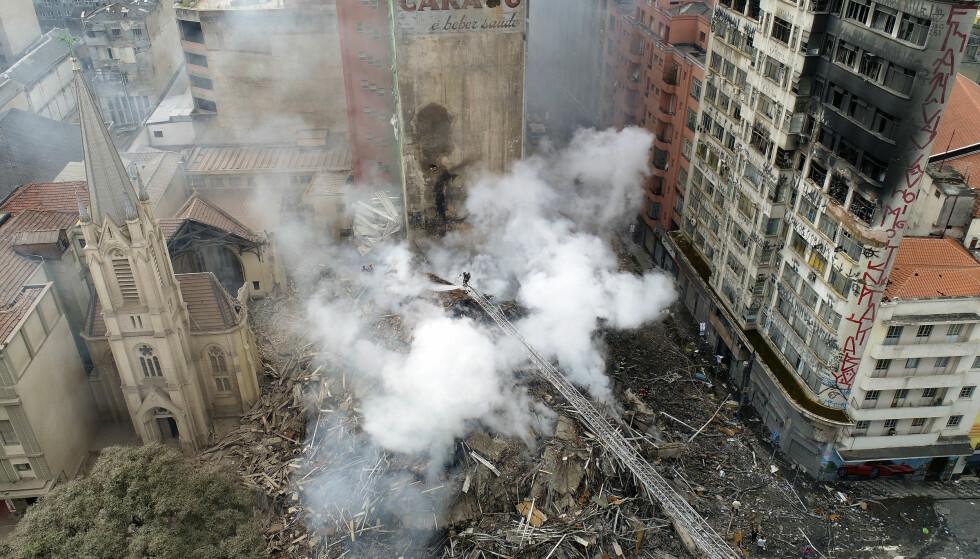 RASTE: Brannmannskaper jobber i ruinene av høyblokka som raste sammen etter å ha tatt fyr i São Paulo i Brasil 1. mai. Foto: Andre Penner / AP / NTB scanpix