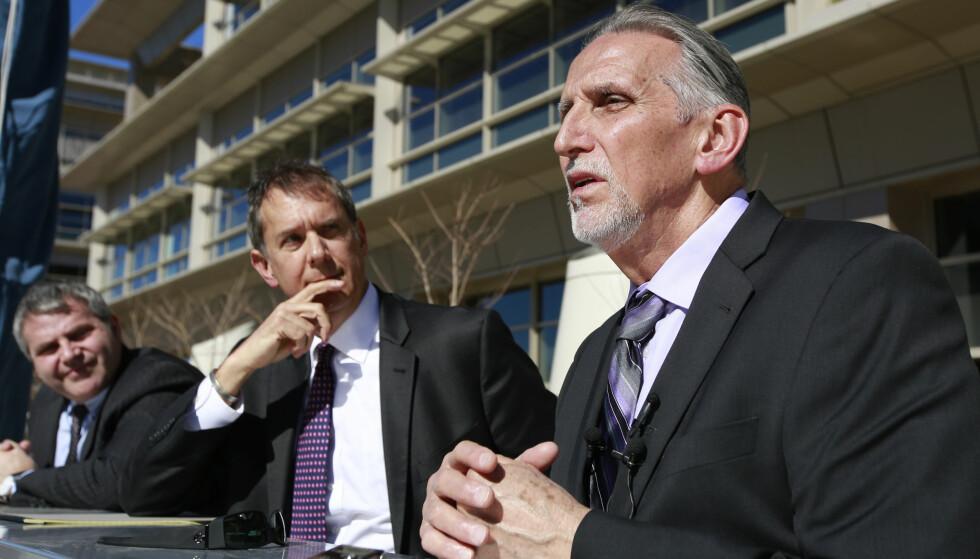 FRIKJENT: Craig Coley tilbragte over 38 år i fengsel for et dobbeltdrap. Han hevdet hele tiden sin uskyld, og i fjor ble han frikjent og fikk erstatning fra staten. Her uttaler han seg til pressen, sammen med sin advokat Ron Kaye. Foto: AP / NTB Scanpix